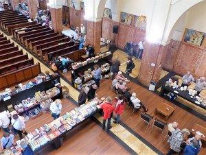 Vanaf het orgelbalkon: de boekentafels en het buffet